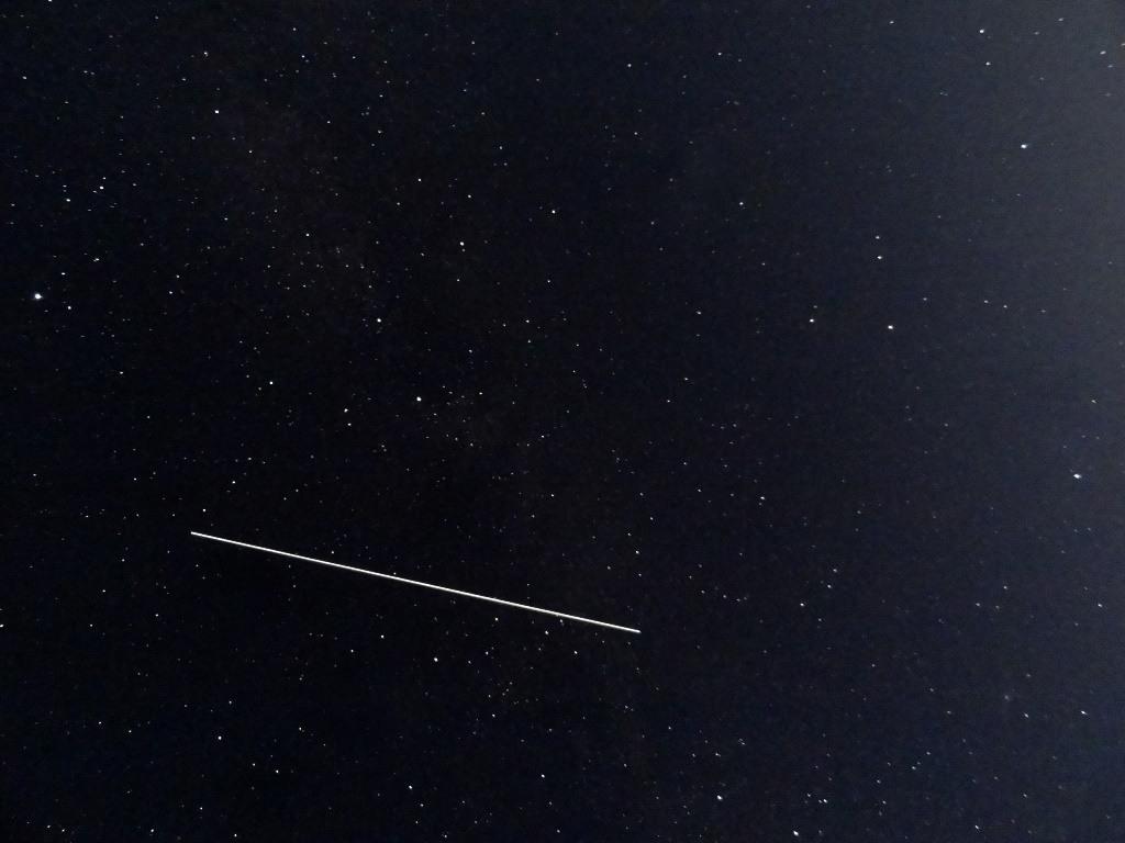 Спутник в небе на большой выдержке