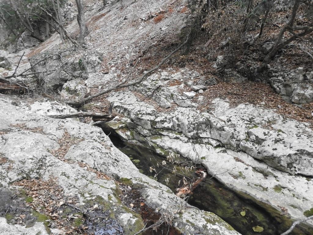 Ручей на дне Большого каньона Крыма