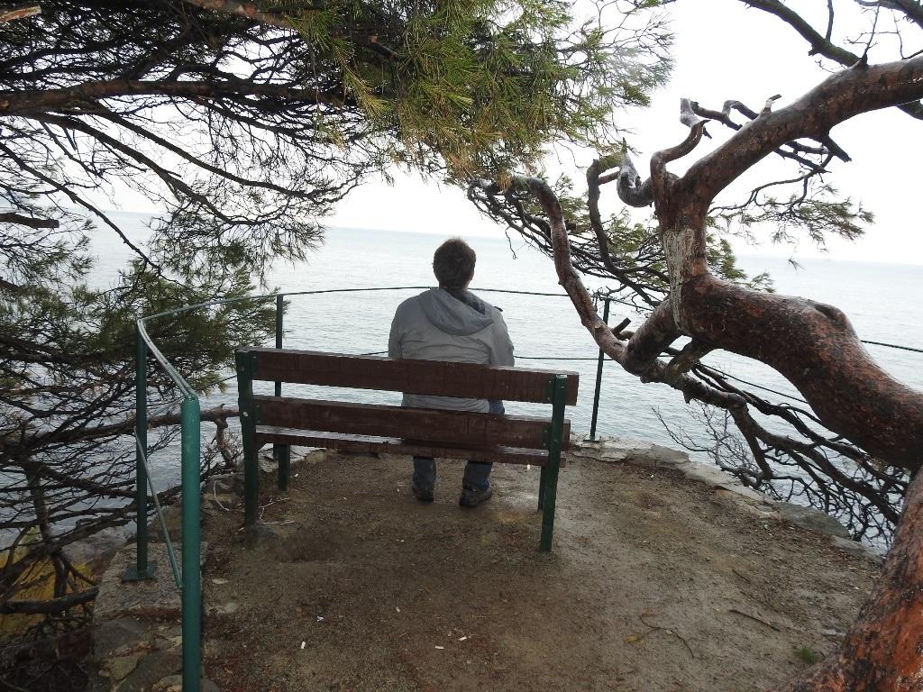Скамейка напротив моря