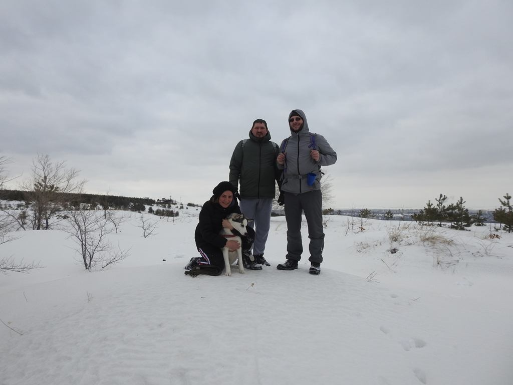 Три человека и собака