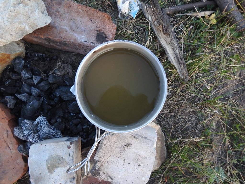 Грязная вода в котелке