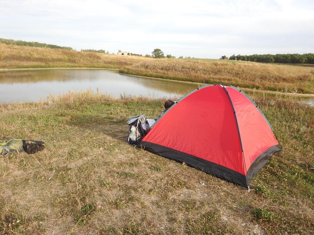 Палатка у пруда