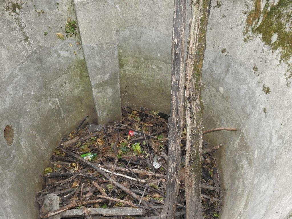На дне бетонного колодца