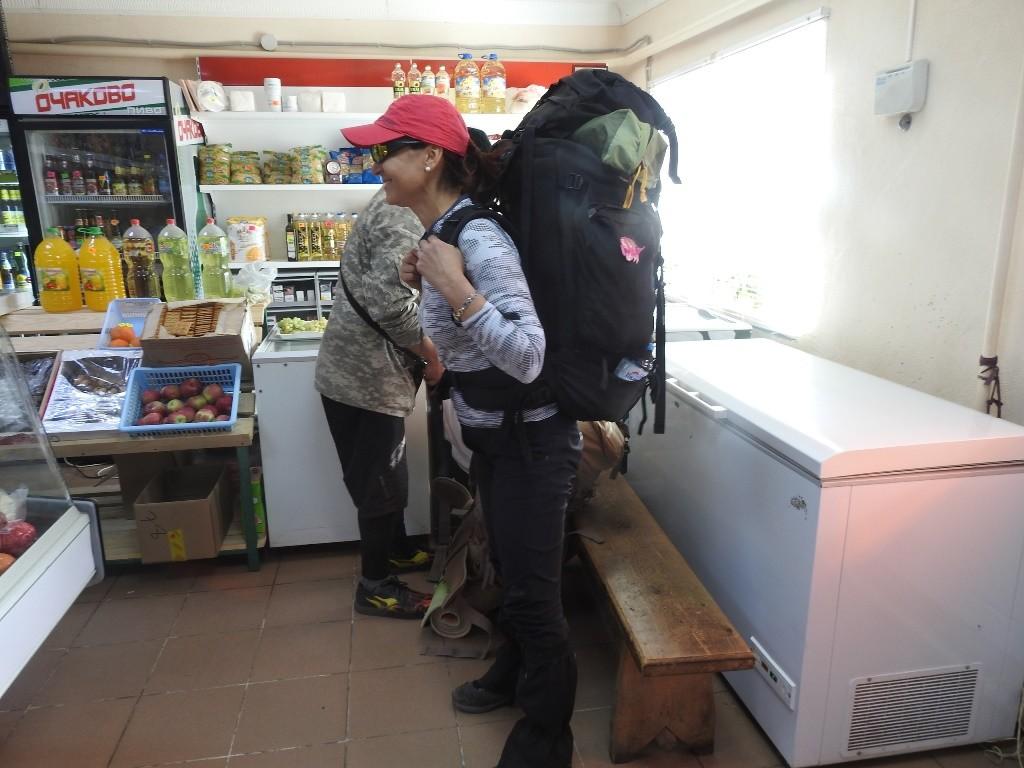 Туристы в сельском магазине