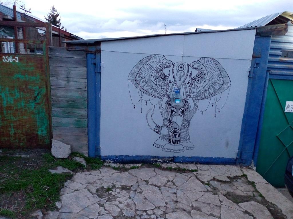 Слон на гараже