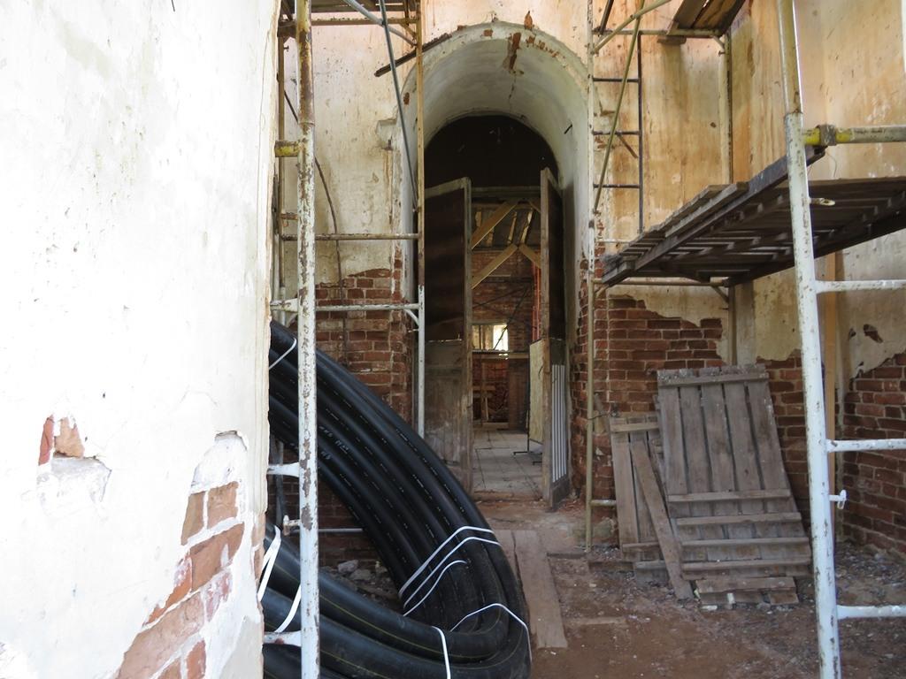 Внутри церкви село Лох