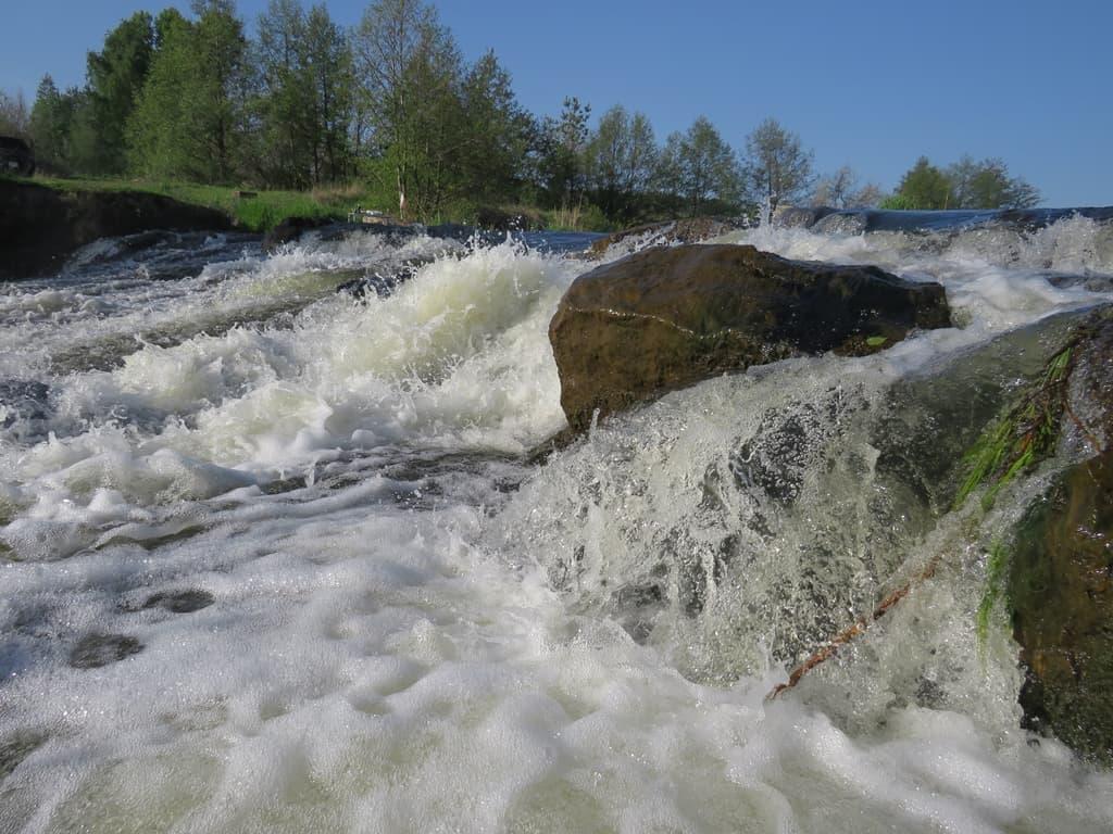 Бурный поток воды