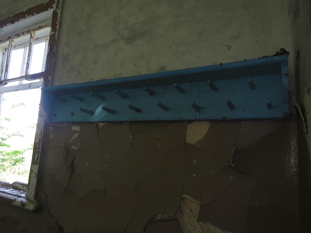Заброшенная вешалка школы