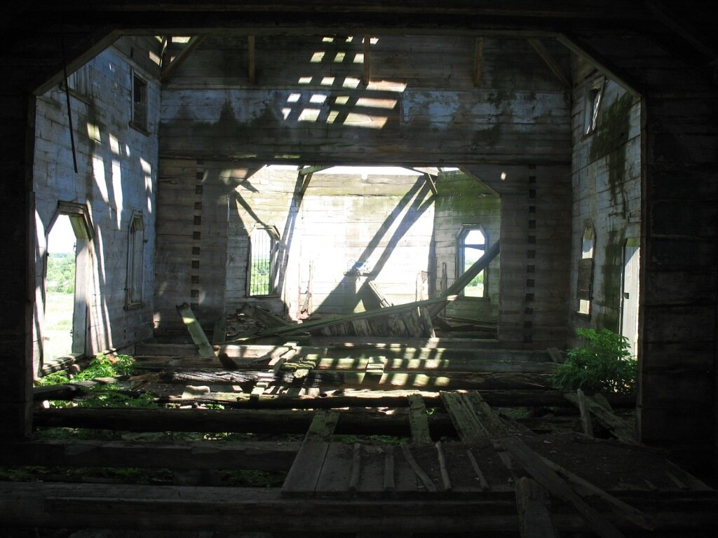 Внутри разрушенного храма