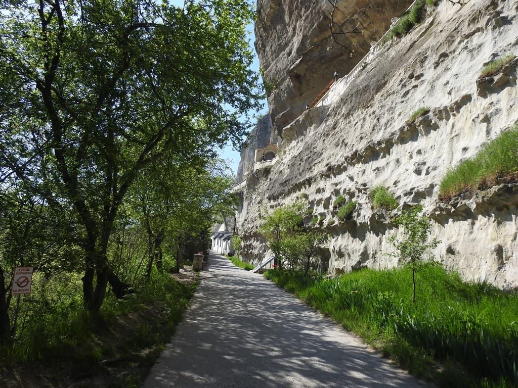 Дорожка у скалы