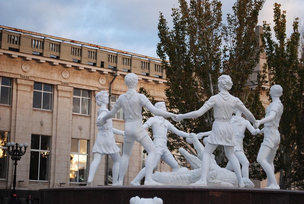 Дети у фонтана скульптура