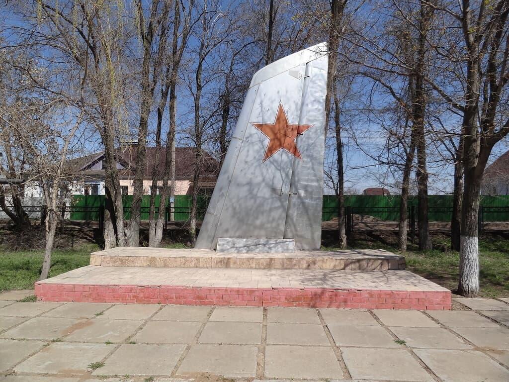 Памятник крыло самолета