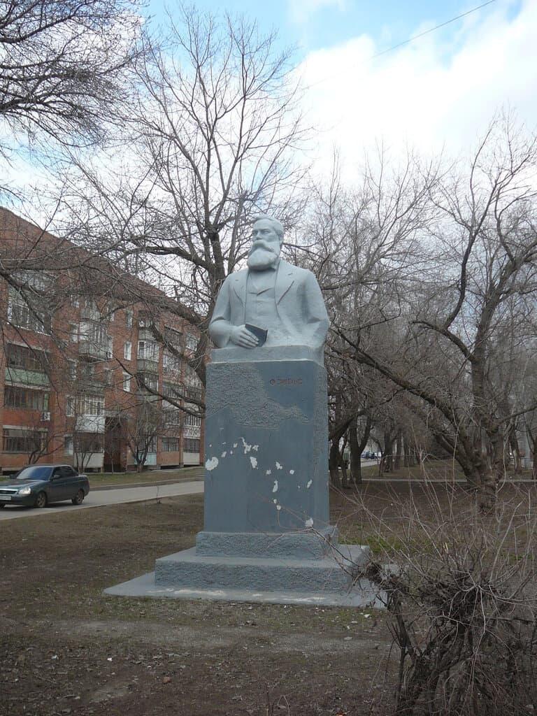 памятник Энгельсу