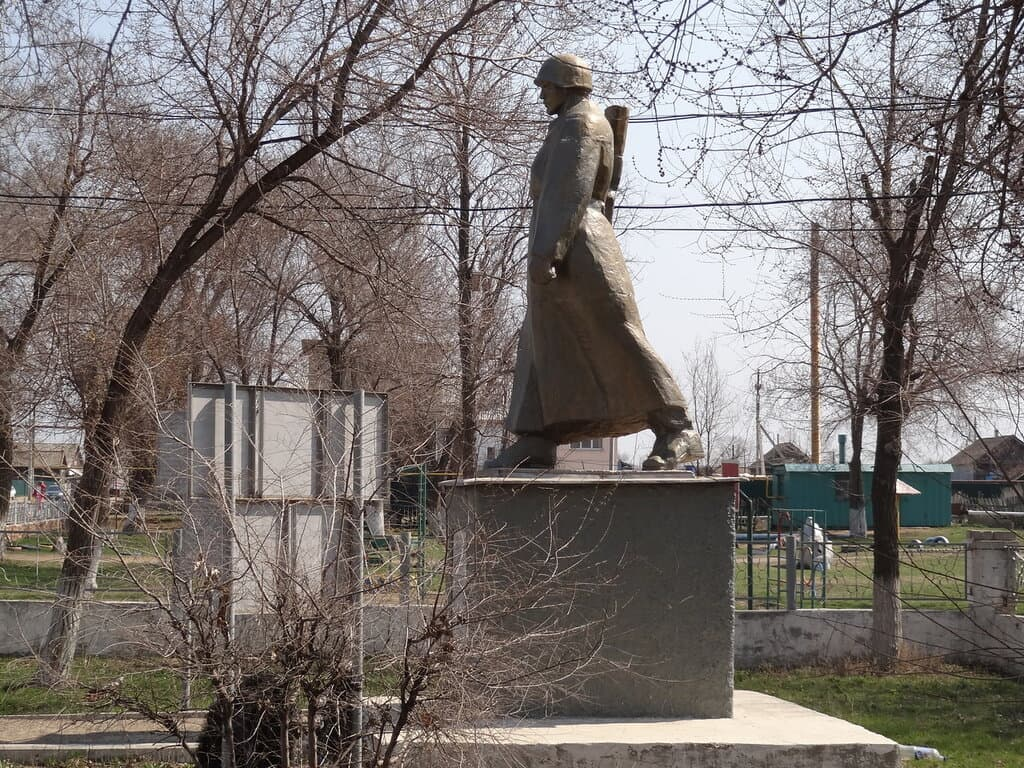 Узморье памятник солдату