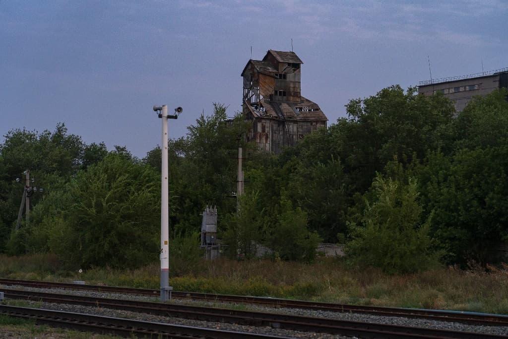 Руины у железной дороги